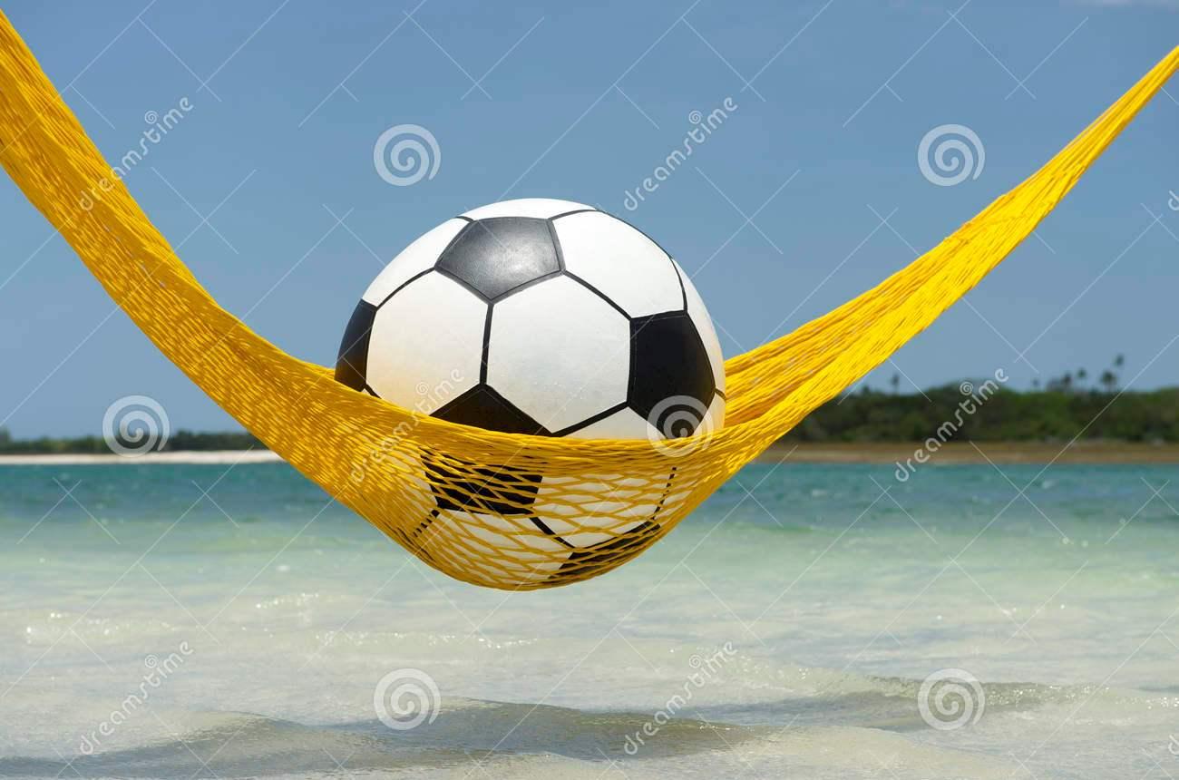 bola-de-futebol-preguiosa-do-futebol-que-relaxa-na-rede-da-praia-36532844